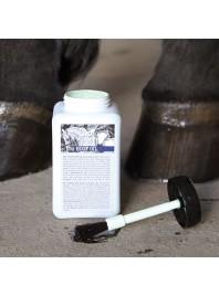 Масло для копыт с кисточкой от компании Harry's Horse в емкостях по 500 мл. Фото